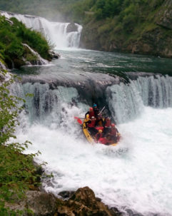 Kam vyrazit na vodu v roce 2019? Fotka z raftingu v Bosně na řece Una